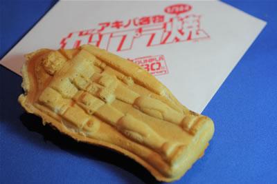 Tα μπισκότα Gunpra-Yaki είναι τα πιο δημοφιλή προϊόντα. Είναι αντιγραφή του πρώτου πλαστικού μοντέλου Gundam, κλίμακας 1/144. (c) photo SOTSU-SUNRISE